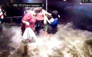 Boottaxi-tsunami spoelt passagiers bijna weg