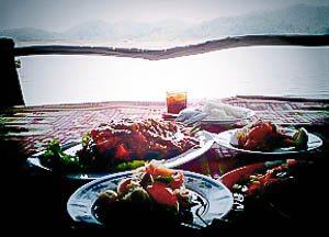 Lunchen op een vlot bij Hua Naam Maan