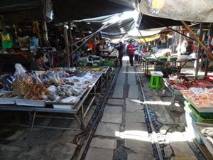 Maeklong Railway Market is uniek en spectaculair