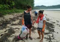 opruimen van het Thaise strand