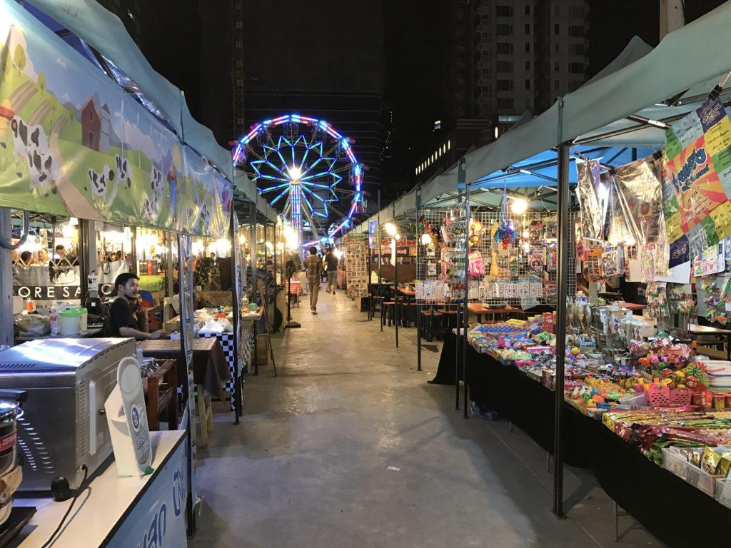 neon-avondmarkt van Bangkok: Talad Neon
