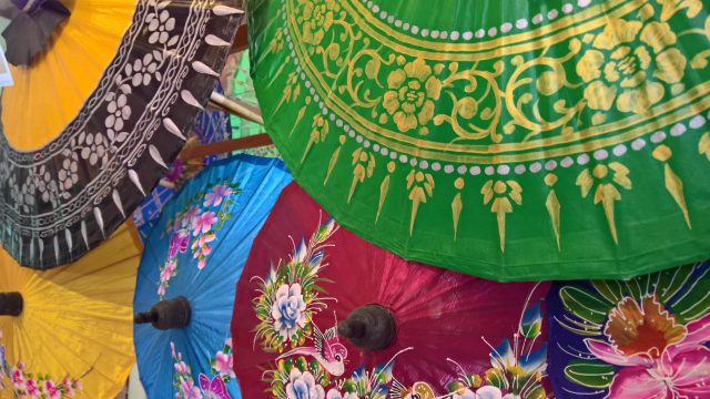 De kleurige parasols van Bo Sang