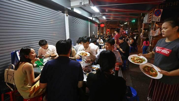 Banthat Thong Road in Bangkok: street food paradise