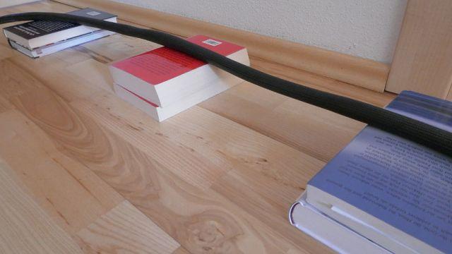 Buch als Kabel-Abstandshalter