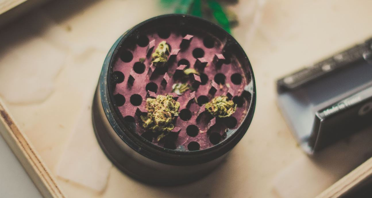 Which Weed Grinder is Best for Smoking Bowls or Rolling Papers?