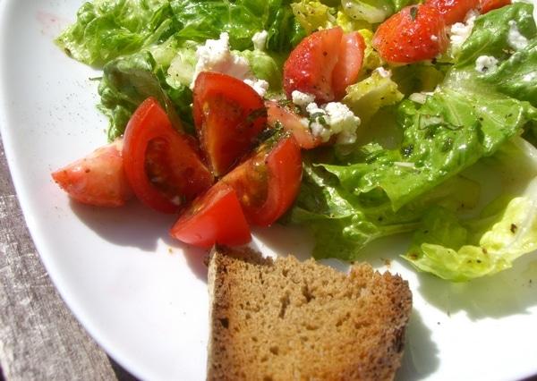Grüner Schafskäse-Erdbeer-Salat mit Feigensenf