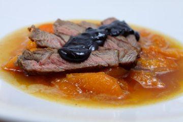 Gebratenes Roastbeef mit Aprikosen und Chili-Schokoladensauce
