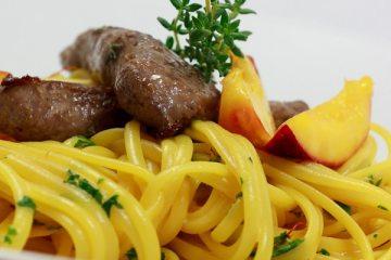 Linguine mit Safran-Mandel-Sauce und Lammfilets und karamellisierten Nektarinen