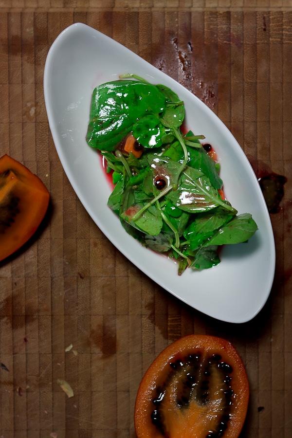 Brunnenkresse-Basilikum-Salat mit Tamarillo und tasmanischem Pfeffer