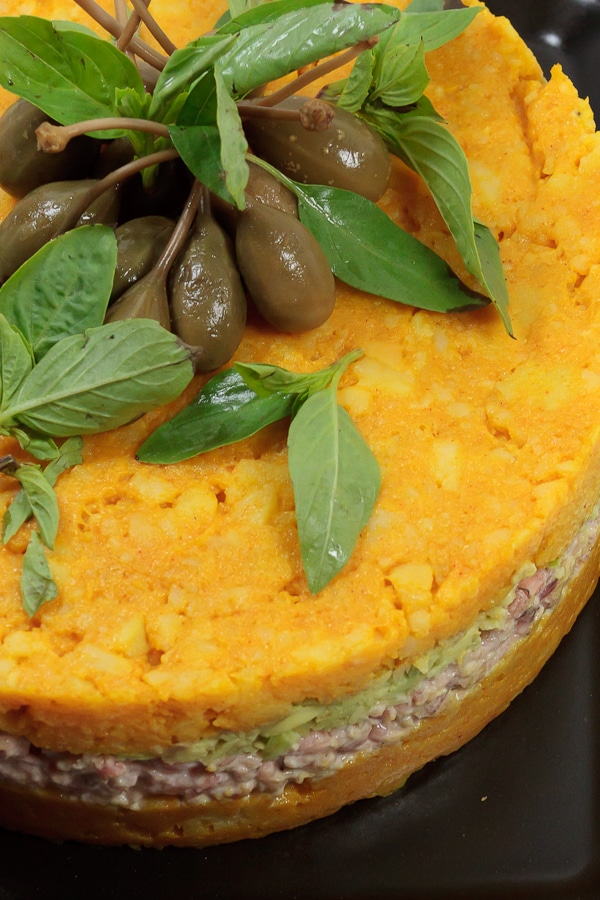 Causa Rellena mit Krabbenfleisch und Avocado