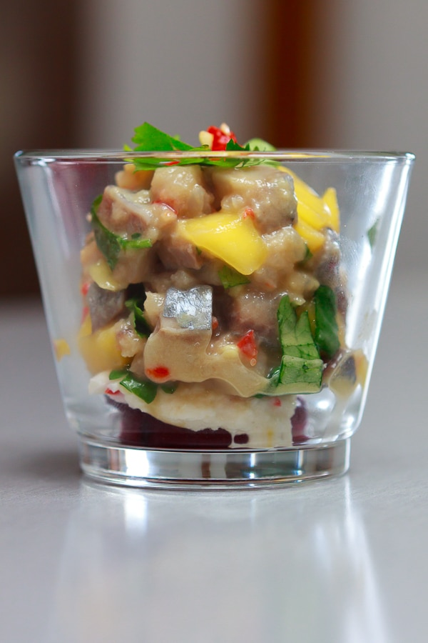 Mango-Matjes-Tatar mit rote Beete und Limonen-Meerrettich