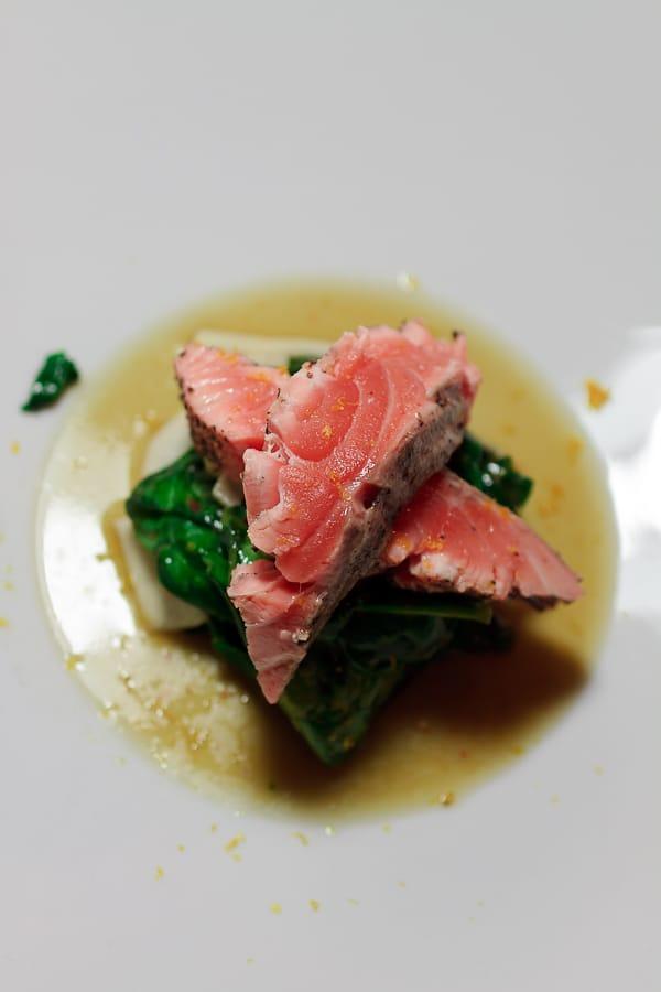 Sashimi vom Lachs auf Mairübchen-Spinatsalat