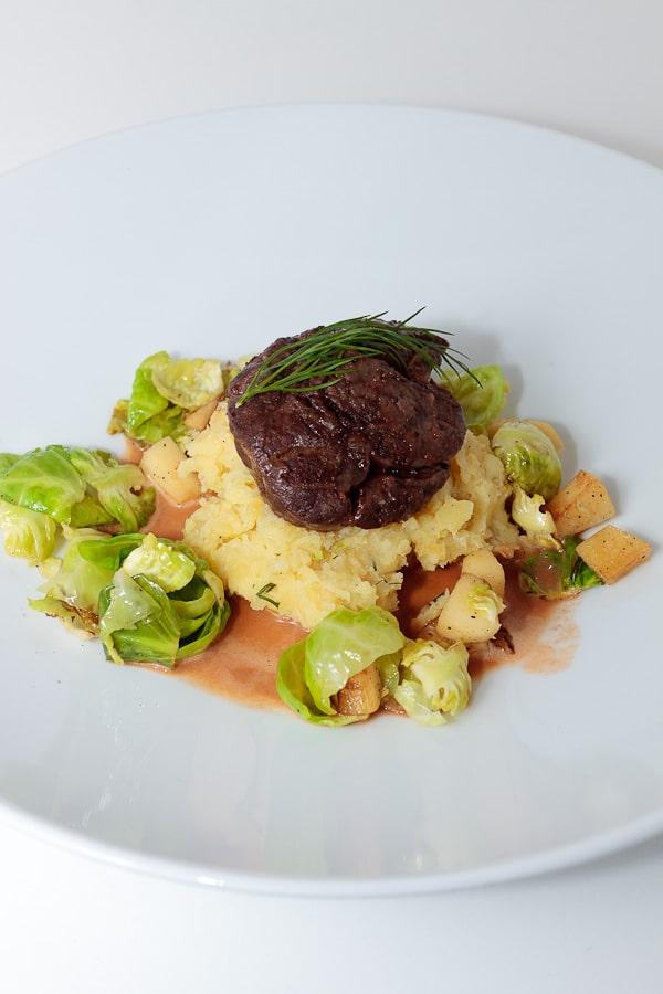 Osso Buco vom Rind mit Rosenkohl-Quitten-Gemüse und Kartoffelstampf