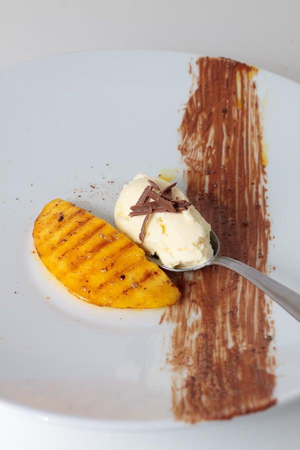 Gegrillte Mango mit Sauerrahm-Orangen-Eis