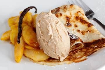 haselnusseis-mit-joghurt-pfannkuchen-und-gewuerzaepfeln