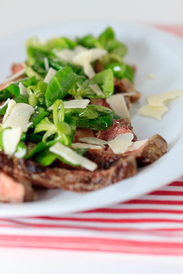 Beef tagliate mit Feldsalat und Parmesan