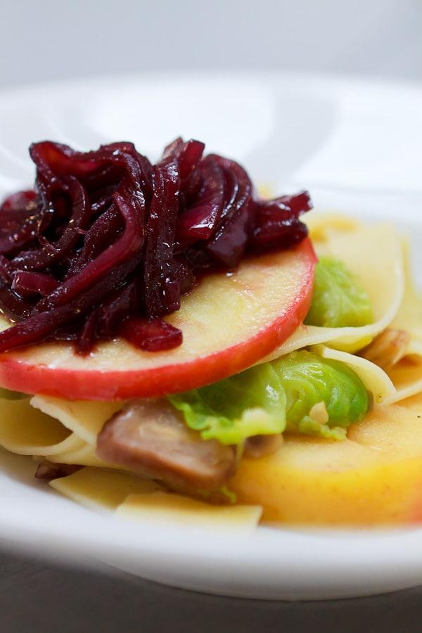 Tagliatelle mit Rosenkohl-Maronen-Sugo, Apfel und Zwiebel-Confit