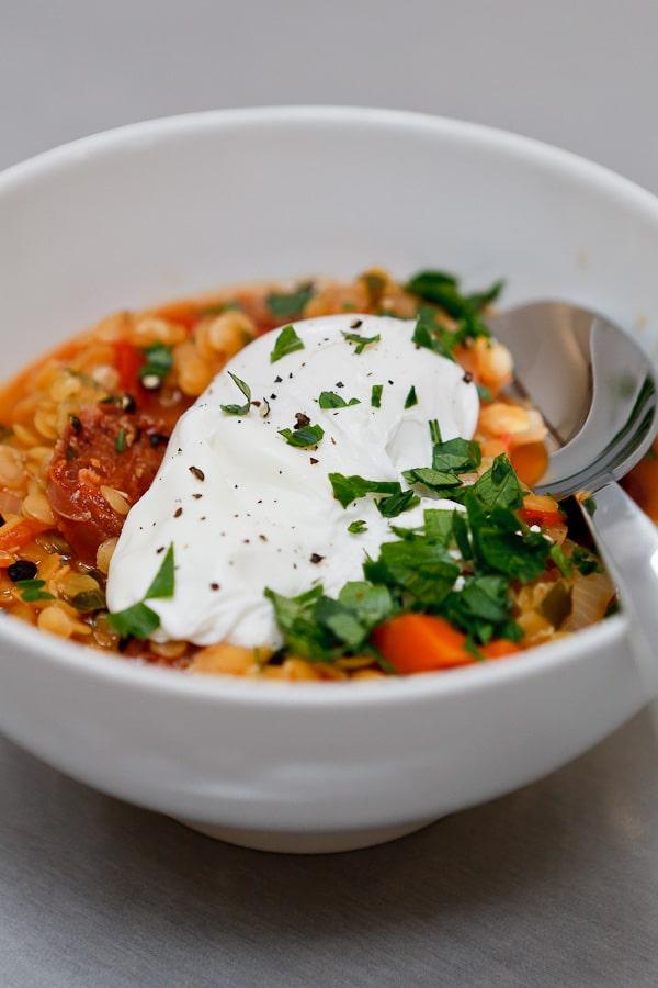 Suppe von gelben Linsen, Paprika, Chorizo und pochiertem Ei
