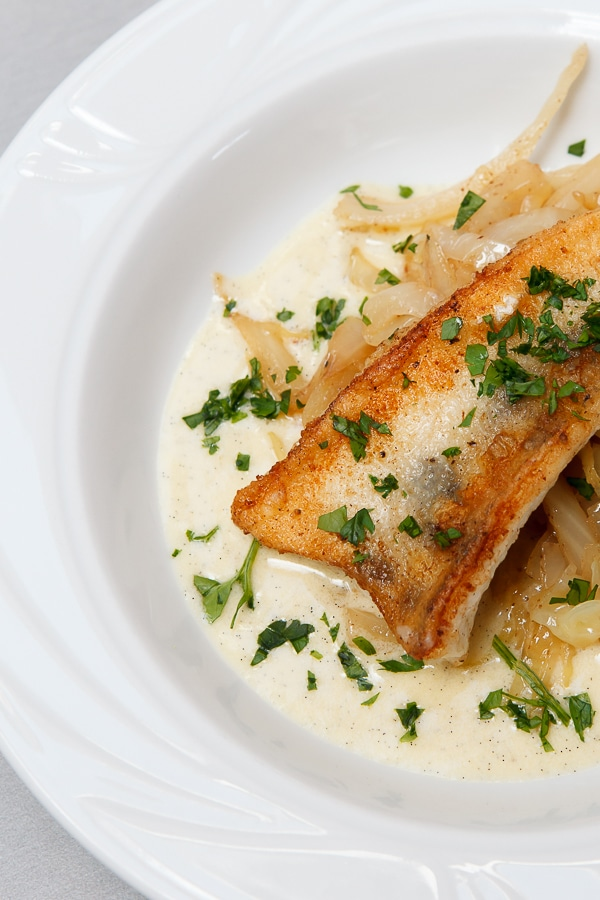 Gebratener Zander, Nussbutter-Spitzkohl und Beurre Blanc mit Vanille