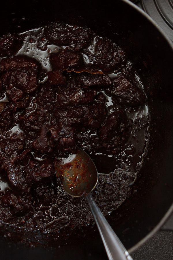 Rehgulasch mit Semmelknödel und Rotkraut