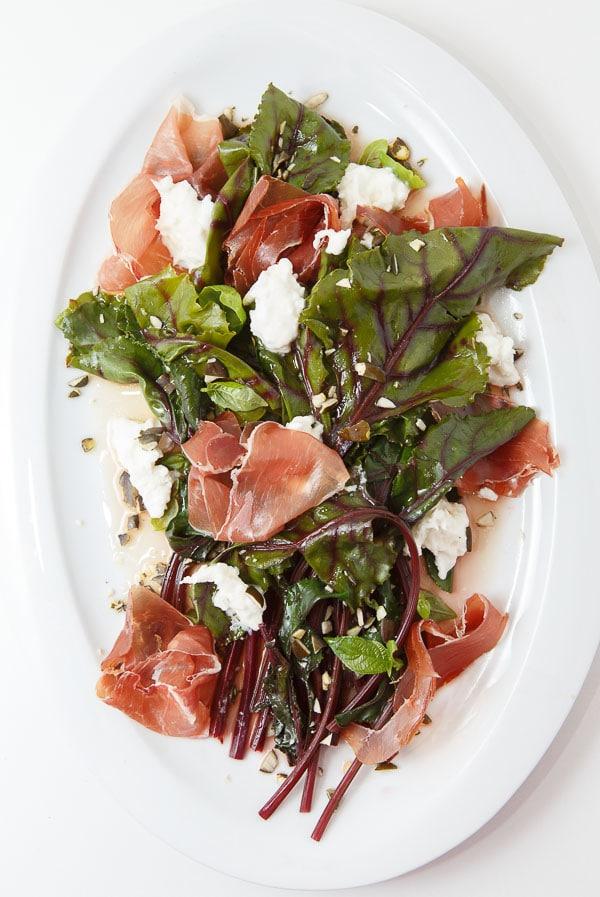 Rote Bete Blätter-Salat mit Zitronen-Kokosblütenzucker-Vinaigrette, Büffel-Mozzarella und luftgetrocknetem Schinken