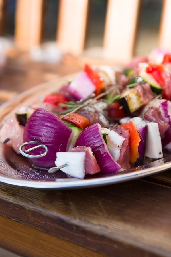 Mediterrane Fleischspieße vom Grill mit Salsa Verde