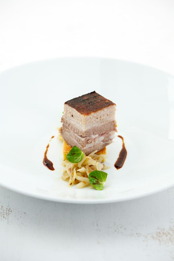 Schweinebauch sous-vide mit Bayrisch Kraut und salzigem Schmarrn