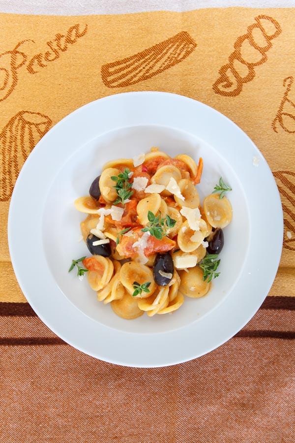 orichiette-mit-tahini-tomaten-sauce-oliven