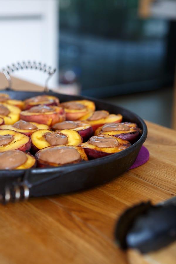 Gegrillter Pfirsich mit Nougat-Füllung
