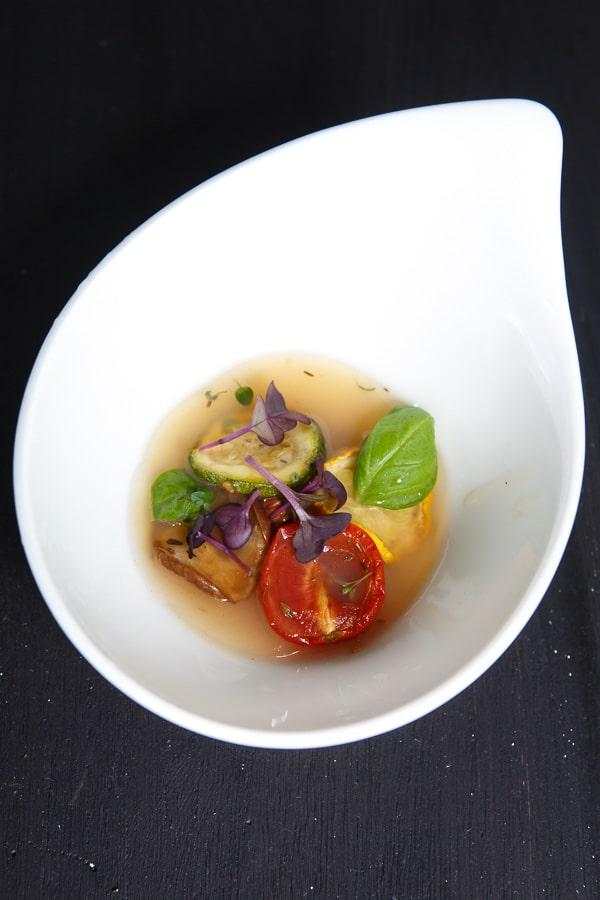 Weißes Tomatensülzchen mit Ratatouille-Gemüse