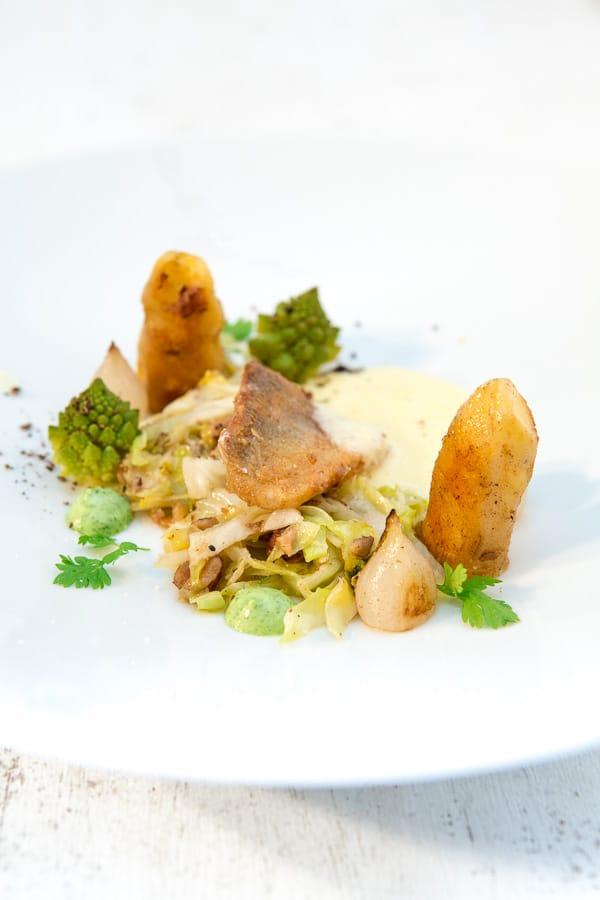 Zander mit Haselnuss-Spitzkohl, Pfeffer-Romanesco, Kerbel-Emulsion und Beurre Blanc