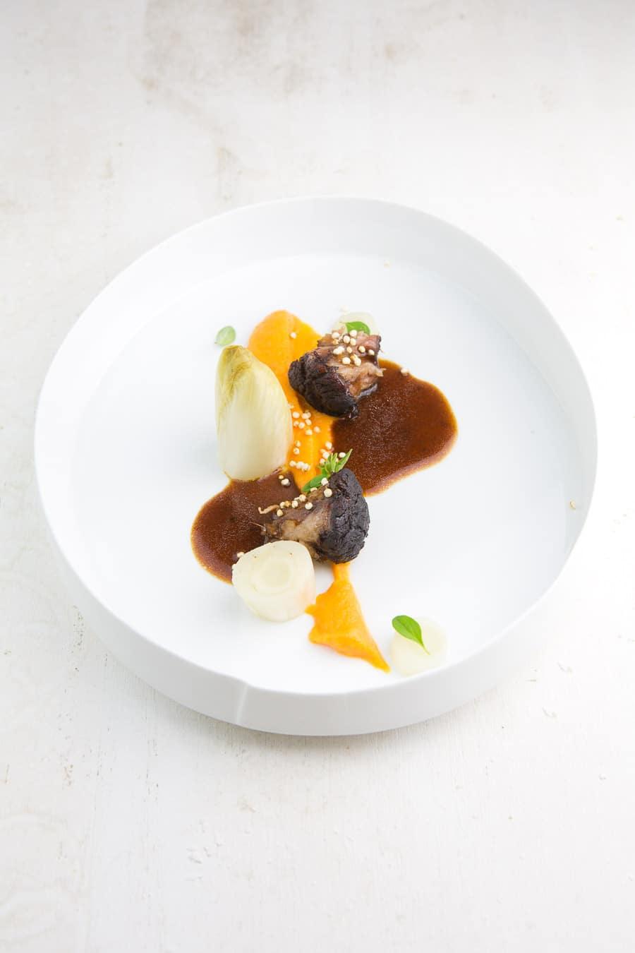 Geschmorter Ochsenschwanz mit Mole-Sauce, Chicorée und Süßkartoffel-Püree