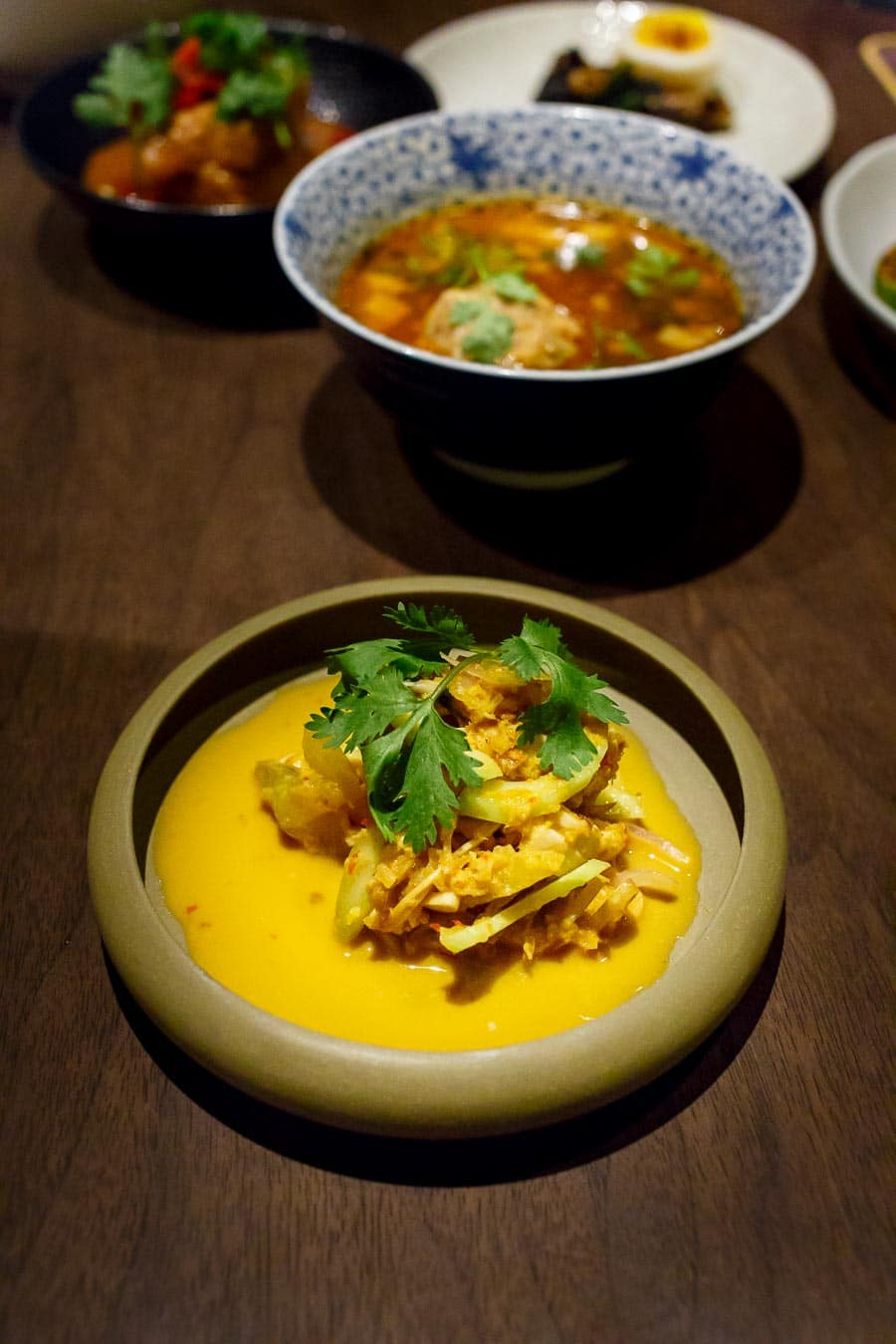 Salat von Honig-Sternfrucht, japanischer Gurke, geröstetes Hühnchen