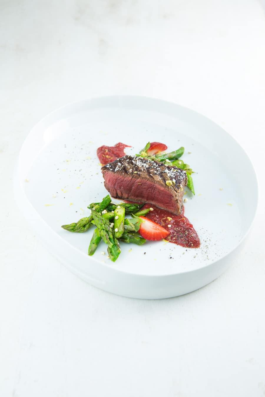 rinderfilet-vom-grill-erdbeersauce-gruener-spargel-1