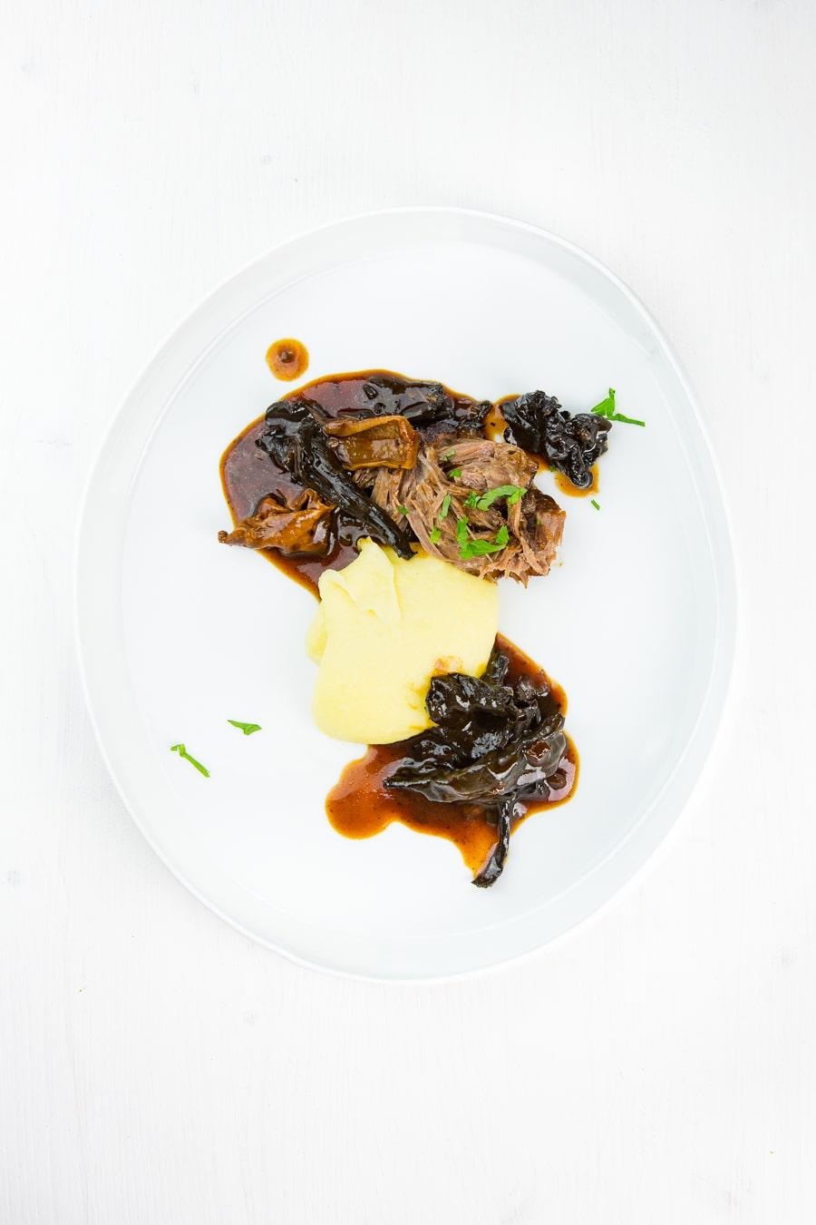 Gezupfte Kalbsbäckchen mit Herbsttrompeten und Parmesan-Stampf