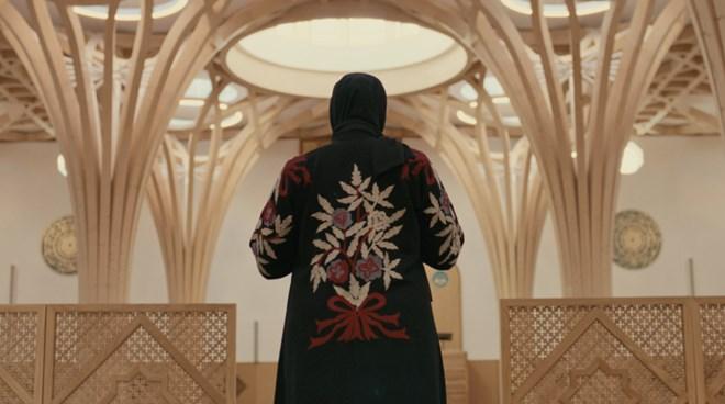 One of many scenes of prayer (Still from Somalinimo)