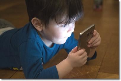 Leer mucho en el teléfono aumenta hasta nueve síntomas oculares no deseados
