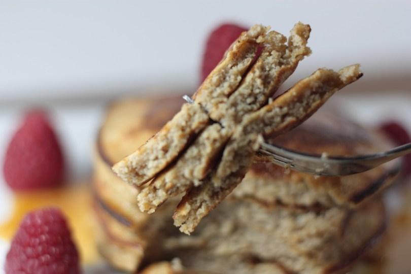 Tortitas paleo de harina de coco con miel y frambuesas