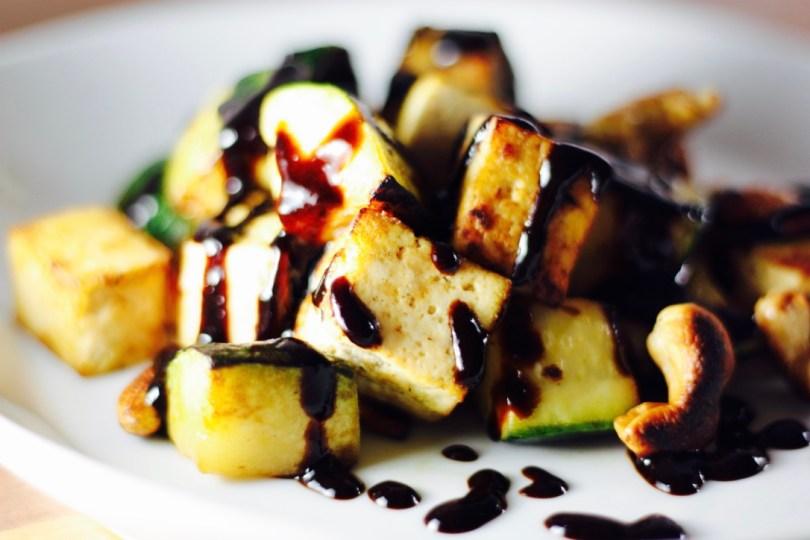 Tofu salteado con calabacín, anacardos y salsa teriyaki