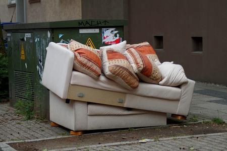 引っ越しゴミとして出されたソファーベッド