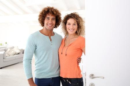 引っ越し挨拶の新しい住人を迎える明るい夫婦