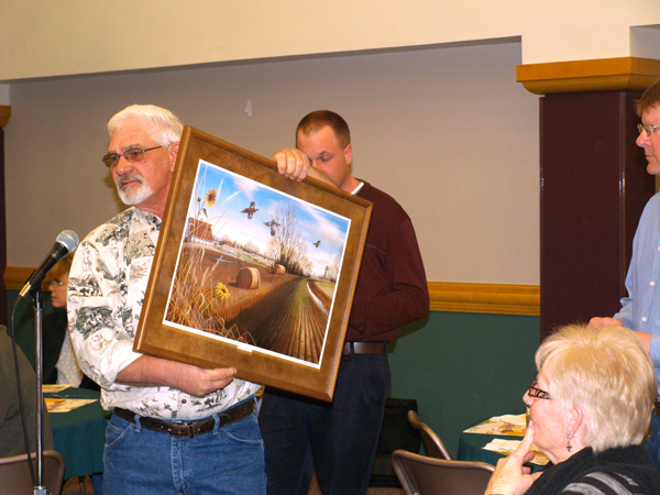 Dale Ehlers, conservation technician, Natural Resources Conservation, holds up the grand prize at Saturday?s Marion County Conservation District?s annual meeting. Shirley Bowers of Marion was the winner of the picture.<p><p>Patty Decker / Free Press