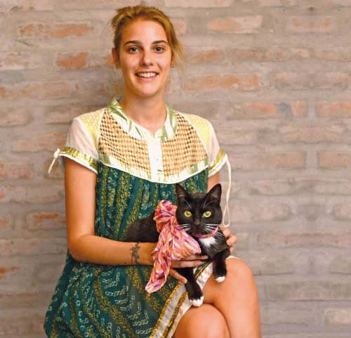Sofía Bauzá y su gata Elvira