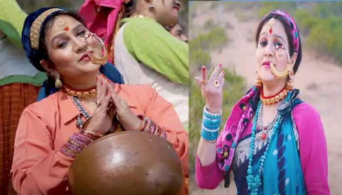 the-audience-is-enjoying-the-song-of-the-folklorist-sangeeta-dhoundiyal-on-ramjhama