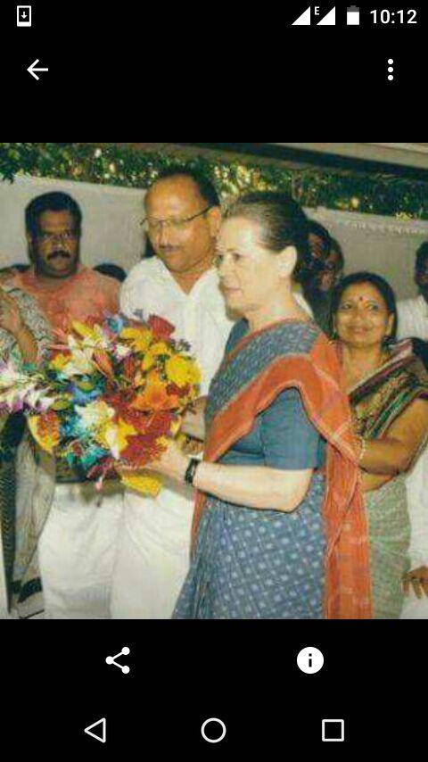 फाइल फोटो~ कांग्रेस की राष्ट्रीय अध्यक्षा सोनिया गांधी के साथ आरोपी ब्रजेश।