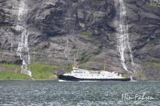 Fähre und Wasserfälle im Fjord in Norwegen