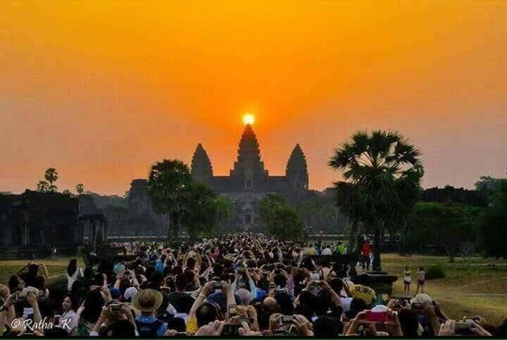 4 Photos of Sun entering the Angkor Wat in Cambodia