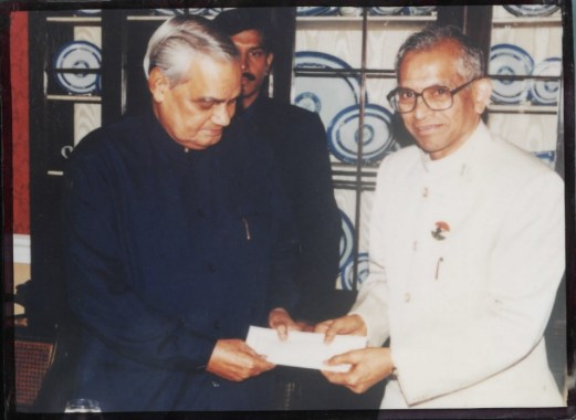 Dr_Vinod_with_Atalji_IDRF