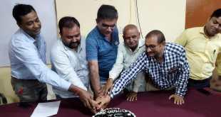 बांदा : यूपी कॉपरेटिव बैंक एम्पलाइज यूनियन उत्तर प्रदेश का स्वर्ण जयंती स्थापना दिवस कर्मचारियों द्वारा केक काटकर मनाया गया