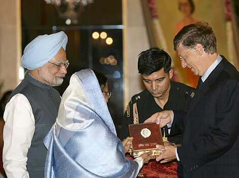 Via Hindustan Times:Microsoft founder Bill Gates receives the 22nd Indira Gandhi peace prize from Indias President Pratibha Patil as Prime Minister Manmohan Singh watches in New Delhi.